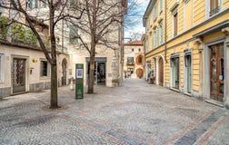 Den stads- platsen med shoppar och stänger i historisk mitt av den Varese staden Royaltyfria Foton