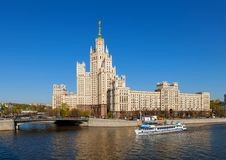 Den stalinist skyskrapan Royaltyfri Fotografi
