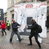 den Star Wars för ` för advertizingföretag `en nära den Covent trädgården Fansen poserar Arkivfoton