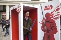 den Star Wars för ` för advertizingföretag `en nära den Covent trädgården Fansen poserar Royaltyfri Bild