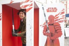 den Star Wars för ` för advertizingföretag `en nära den Covent trädgården Fansen poserar mannen klädde som prinsessan Leia från f Royaltyfri Foto