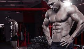 Den starka idrotts- Torso för mankonditionmodellen visningen tränga sig in fotografering för bildbyråer
