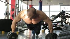 Den starka idrottsman nen avslutar sig att göra push-UPS och att ha vilar efter intensiv utbildning lager videofilmer