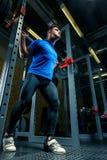 Den starka idrottsman nen i utbildning i idrottshallen, en man lyfter en tung tagg Royaltyfri Bild