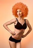 Den starka konditionkvinnan, poserar händer in i nävar Fotografering för Bildbyråer