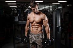 Den starka och stiliga idrotts- unga mannen tränga sig in abs och biceps Royaltyfri Foto