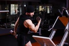 Den starka sunda vuxna människan rev sönder mannen med stora muskler som utbildar med D royaltyfri bild
