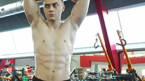 Den starka unga manliga kroppsbyggaren ser hans reflexion i spegeln stock video