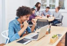Den Start-up affärskvinnan i coworking kontor är lycklig royaltyfria foton