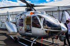 Den statiska helikoptern, försilvrar, på den Farnborough flygshowen 2018 royaltyfri foto