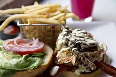 Den stekte mjuka skalkrabbasmörgåsen är färgrik och läcker Royaltyfri Fotografi