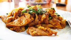 Den stekte nudeln med griskött i sauced sojabönor och grönsak Royaltyfri Fotografi