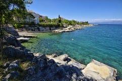 Den steniga Adriatiska havet kustlinjen i den Porat byn Fotografering för Bildbyråer