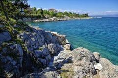 Den steniga Adriatiska havet kustlinjen i den Porat byn Arkivbilder