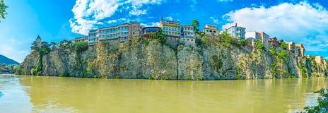 Den steniga banken av Kura i Tbilisi Arkivbilder