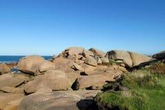 Den steniga havskusten vaggar härlig sikt Arkivfoton