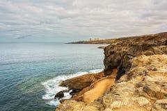 Den steniga kusten av ön Tenerife i Costa Adeje Spain Royaltyfria Bilder