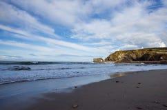 Den steniga kusten av Cornwall, England royaltyfria bilder