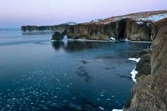 Den steniga kusten av den kalla vintermorgonen Royaltyfri Foto