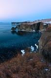 Den steniga kusten av den kalla vintermorgonen Fotografering för Bildbyråer