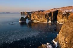 Den steniga kusten av den kalla vintermorgonen Arkivbilder