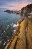 Den steniga kusten av den mulna dagen för östligt hav Royaltyfri Fotografi