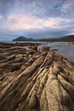 Den steniga kusten av den mulna dagen för östligt hav Arkivbild