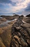 Den steniga kusten av den mulna dagen för östligt hav Royaltyfria Bilder