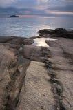 Den steniga kusten av den mulna dagen för östligt hav Royaltyfria Foton