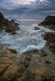 Den steniga kusten av den mulna dagen för östligt hav Arkivbilder