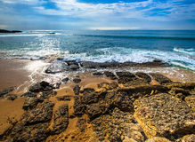 Den steniga kusten av medelhavet Vågor skum, fördunklar Arkivbilder