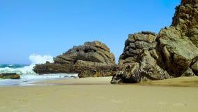 Den steniga kusten av Portugal, v?gor av Atlantic Ocean arkivfilmer