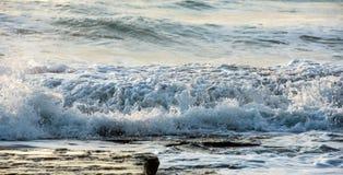 Den steniga kusten med det krabba havet och vågor som kraschar på, vaggar Royaltyfri Bild