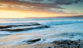 Den steniga kusten med det krabba havet och vågor som kraschar på, vaggar Royaltyfria Foton
