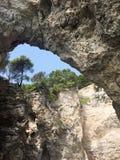 Den steniga kusten nära Peschici på Garganoen italy Arkivbild