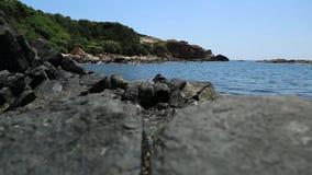 Den steniga kusten som svepas av havet stock video
