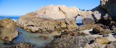 Den steniga kustlinjen mellan trälilla viken och pärlagatan sätter på land, Laguna Beach, CA Royaltyfria Bilder