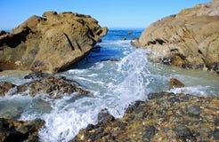 Den steniga kustlinjen mellan trälilla viken och pärlagatan sätter på land, Laguna Beach, CA Arkivfoton