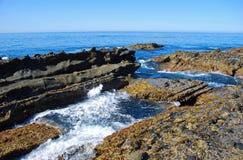Den steniga kustlinjen mellan trälilla viken och pärlagatan sätter på land, Laguna Beach, CA Royaltyfri Foto