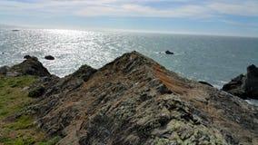 Den steniga outcroppingen sticker ut ut över havet Royaltyfri Foto