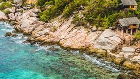 Den steniga södra costlinen av Koh Tao Islands med bungalower på granit vaggar thailand Royaltyfri Fotografi
