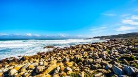 Den steniga shorelinen av Atlanticet Ocean mellan udde av bra hopp och Platboom sätter på land Arkivbilder