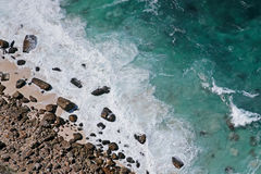 Den steniga stranden och vinkar Royaltyfri Foto