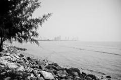 Den steniga stranden under lågvatten Arkivbilder