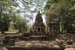Den stenstupaen och chedien på arkeologiskt parkerar av siSatchanalai buddistiska tempel, Thailand Royaltyfri Fotografi