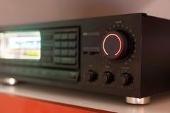 Den stereo- mottagaren med volymknoppen vände upp till maximumet Arkivbild