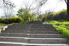 Den stigande stentrappan, stenmoment, stenar trappa arkivfoto