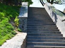 Den stigande stentrappan, stenmoment, stenar trappa arkivbilder