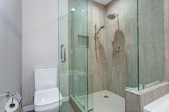 Den stilfulla badruminre med exponeringsglas går i dusch royaltyfri foto