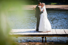 Den stilfulla blonda caucasian lyckliga bruden med brudgummen poserar på th arkivbilder